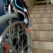 Rollstuhl vor Treppe